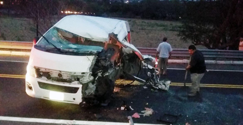 Encontronazo. Cuatro personas quedaron lesionadas al chocar la Urvan en donde viajaban en la autopista Puente de Ixtla-Iguala.