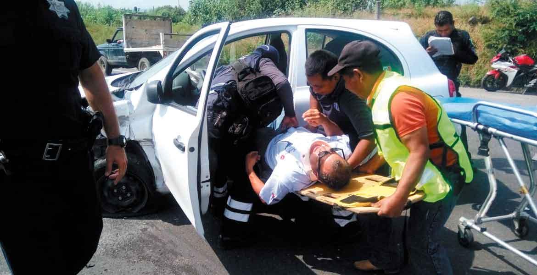 Según autoridades el conductor del March iba a exceso de velocidad, por lo que perdió el control y se impactó contra un Sentra en el libramiento Oriente.