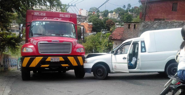 Chocan dos camionetas y camión refresquero
