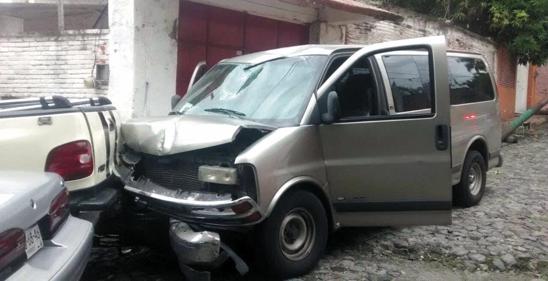 Percance. Así quedó una camioneta tras quedarse sin frenos para chocar contra un poste y un vehículo.