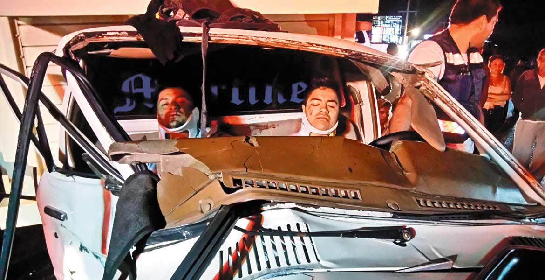 Atención. Mario y Rafael fueron rescatados de entre los fierros prensados de su camioneta que fue chocada en Yecapixtla.