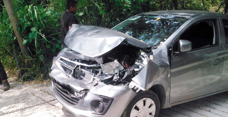 El vehículo. Así quedó el coche luego de que fuera impactado por una camioneta y proyectado hacia un barranco en Cuernavaca.