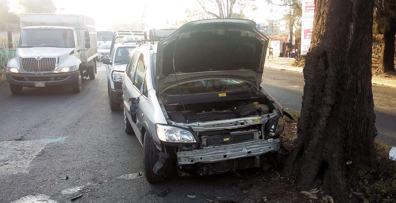 Daños. El joven tuvo que llamar a la aseguradora para valuar las pérdidas materiales sufridas tras el accidente.
