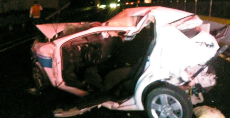 Encontronazo. Una pareja quedó herida al ser destrozado su coche por un camión.