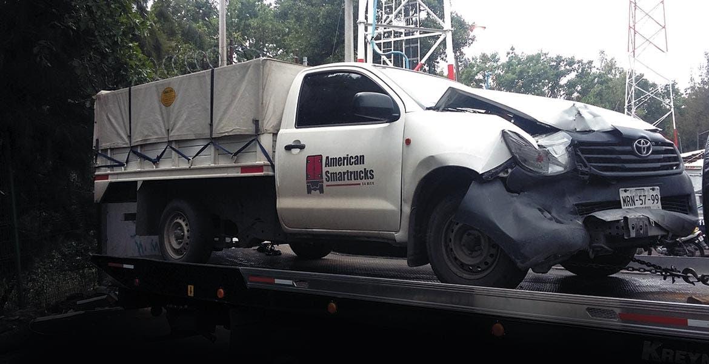 Un hombre resultó con algunos golpes en el cuerpo, tras destrozar su camioneta al chocar por alcance contra otro vehículo