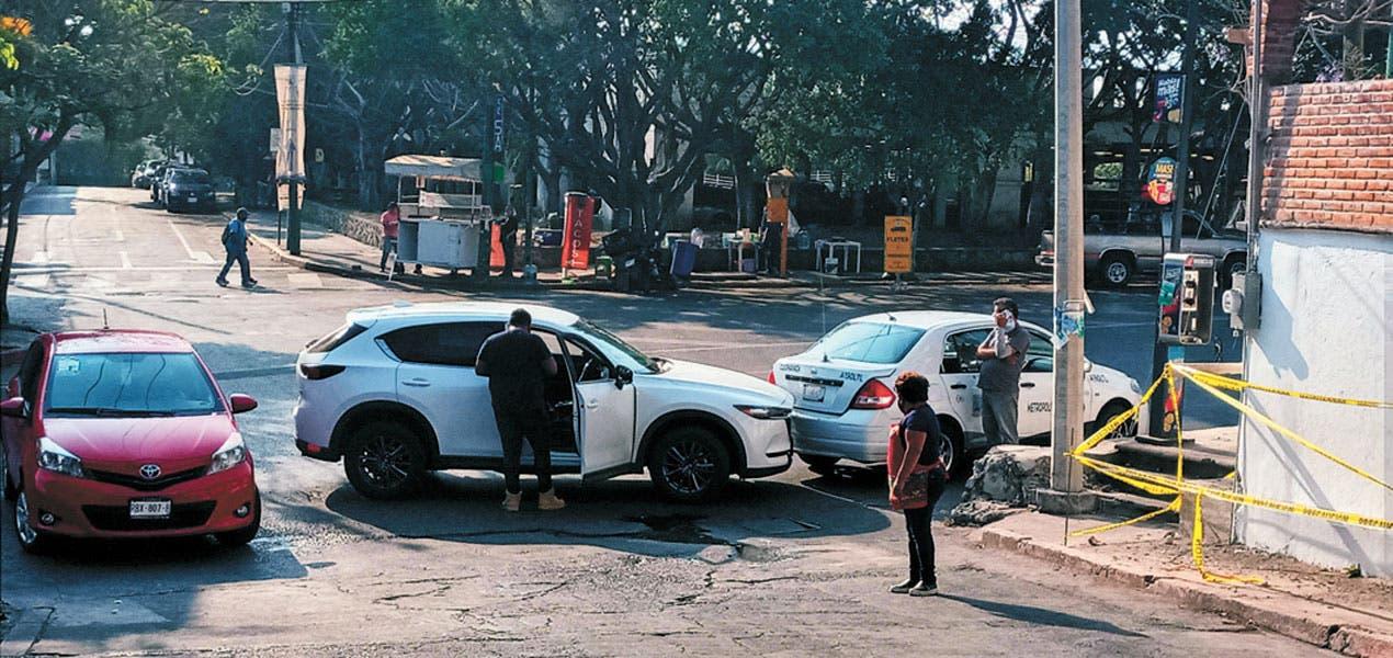 Mazda y taxi chocan en Av. Morelos y Cuauhtemotzin