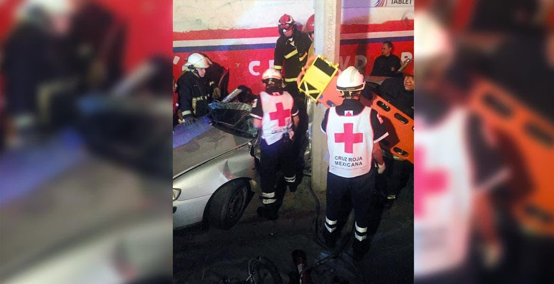 Según autoridades, el percance se registró debido al exceso de velocidad con que era guiado el auto, así como al presunto estado etílico del conductor.