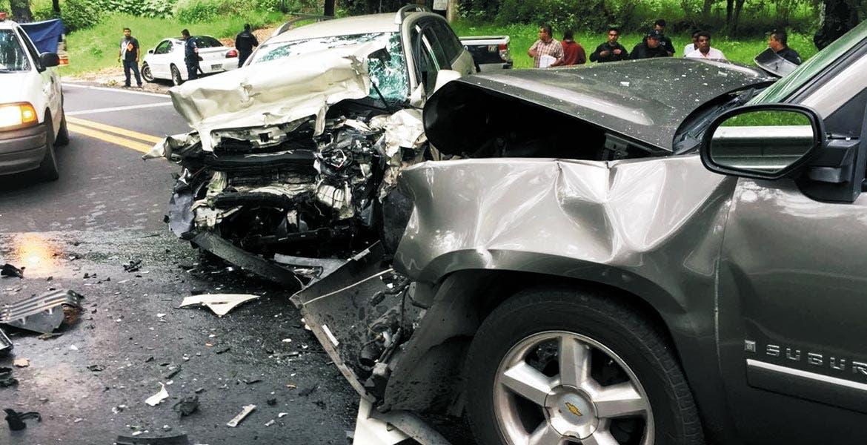 Encontronazo. Seis personas, entre ellas José Manuel Sanz y Juan José Arrese, resultaron lesionados al chocar de frente dos camionetas, luego de que uno de los escoltas del funcionario municipal rebasara antes de una curva en la carretera federal.
