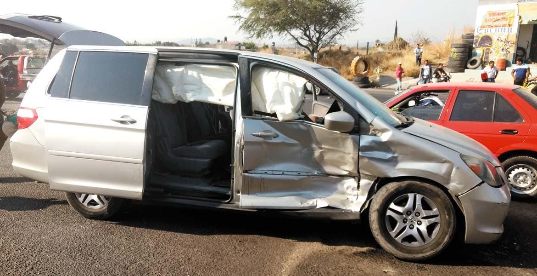 Percance. Así quedó la camioneta Honda en donde viajaban Flavio y Jesús, tras dar vuelta en 'U' y ser impactados por otro vehículo.