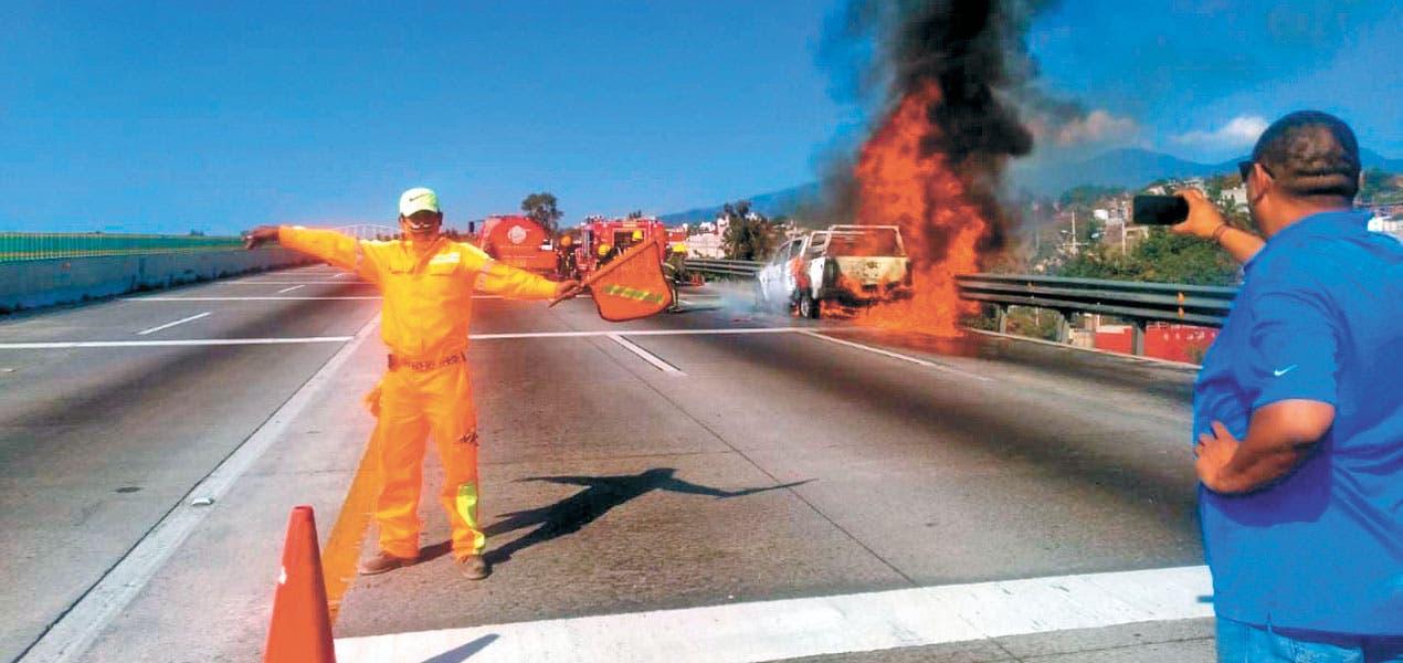 Provoca corto un incendio en Paso Express Cuernavaca