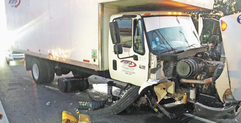 Choca camión de carga en Paso Express Cuernavaca