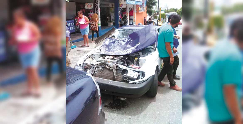El vehículo. Así quedó el taxi tras chocar contra una Ruta 2 en la calle Apolo XI y avenida Poder Legislativo, por lo que agentes de Tránsito ordenaron el retiro de las unidades.