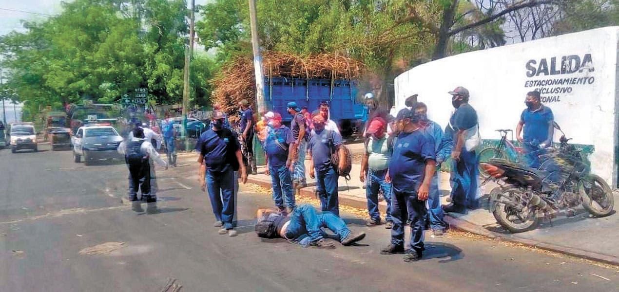 Se vuela el tope y choca a motociclista en Morelos