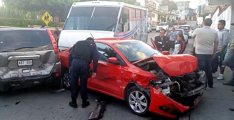 El accidente. Una persona resultó lesionada, luego de que una Ruta 8 se quedara sin frenos e impactara a cuatro vehículos en la colonia Atlacomulco, de Jiutepec.
