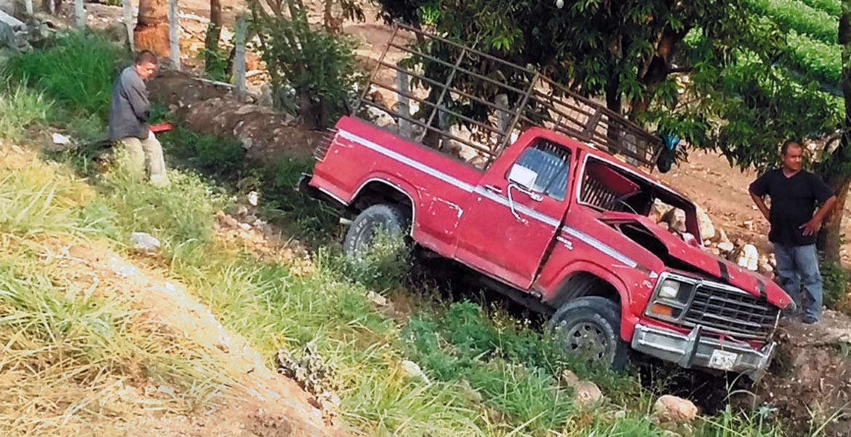 Según autoridades la camioneta era guiada a exceso de velocidad, por lo que se salió del camino.