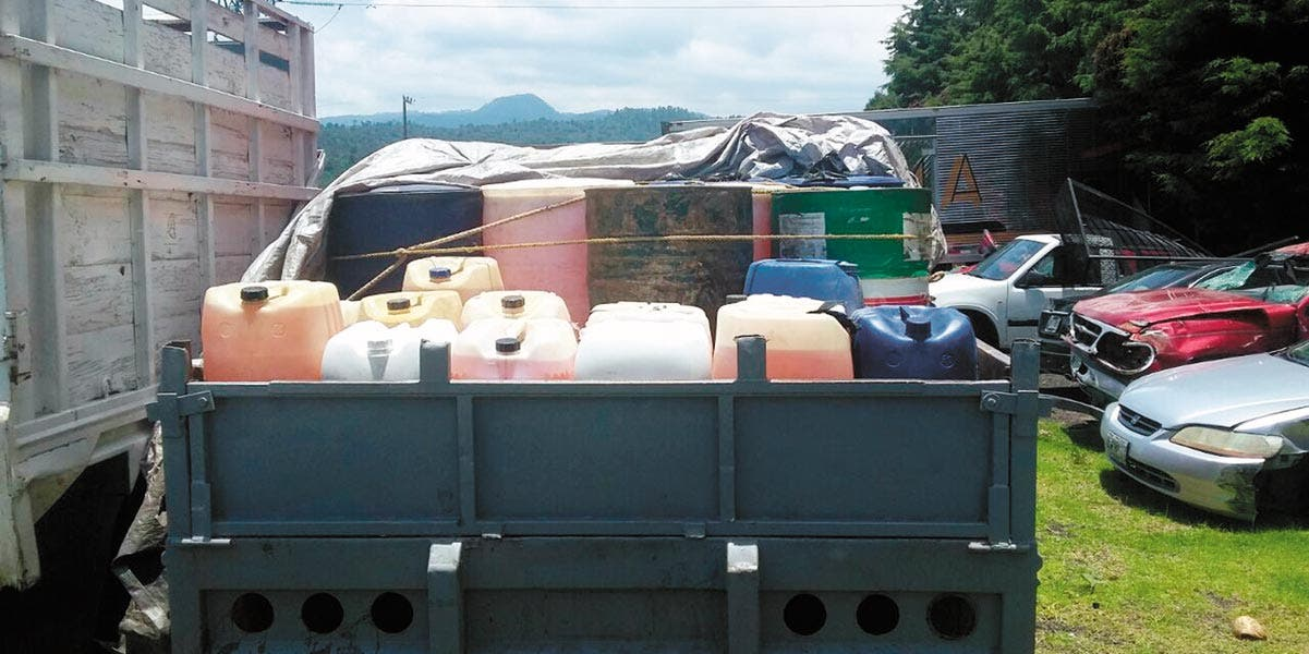 Resguardo. Tres camionetas cargadas con gasolina robada fueron aseguradas, pero los habitantes de Coajomulco, Huitzilac, no les dejaron llevarse a dos de los tres sujetos que fueron sorprendidos ordeñando los ductos de Pemex.