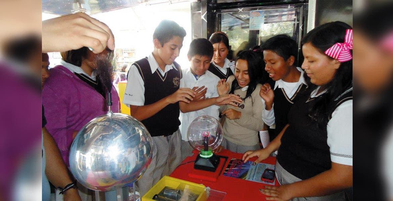 Tecnología. El Tráiler de la Ciencia se encuentra equipado con pantallas, computadoras, telescopios y microscopios.