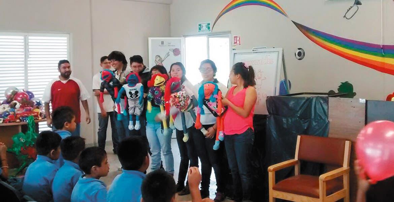 Marionetas. Un espectáculo divertido ofrecieron los integrantes de la asociación para los menores del albergue.