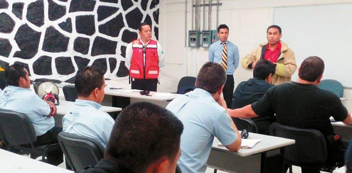 Llamado. Aristóteles Martínez, consejero de la Canacintra, pidió que los alcaldes atiendan la recomendación de Protección Civil para conformar los comités.