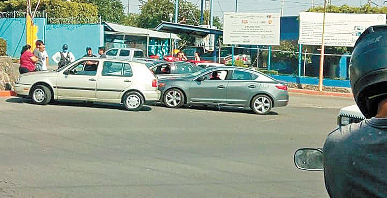 Chocan 2 coches por un descuido en bulevar Cuauhnáhuac
