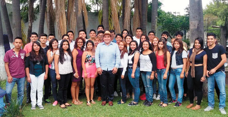 La del recuerdo. El edil de Yautepec, Agustín Alonso, se toma la foto con jóvenes universitarios.