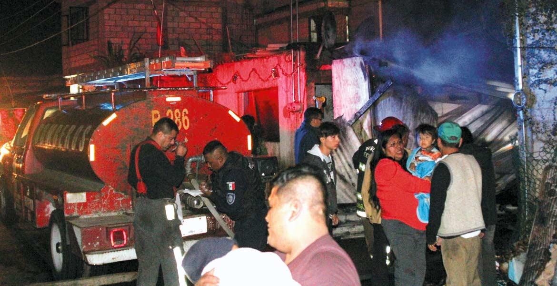 Labores. Vecinos intentaron apagar el fuego, pero a pesar del esfuerzo la vivienda quedó consumida por las llamas.