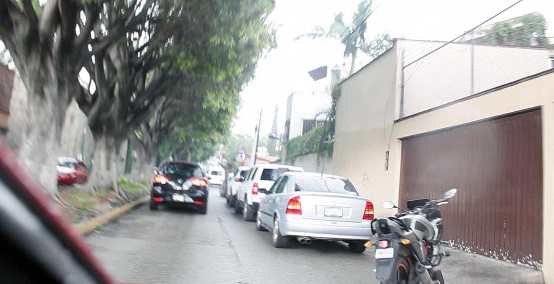 Imprudencia. Dueños de vehículos utilizan Díaz Ordaz como estacionamiento, lo cual generará caos al ser una vía alterna una vez se derrumbe el puente de Palmira.