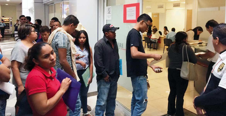 Movimiento. A pesar del incremento en el costo de los pasaportes, muchos personas acuden a la Secretaría de Relaciones Exteriores para realizar el trámite del documento.