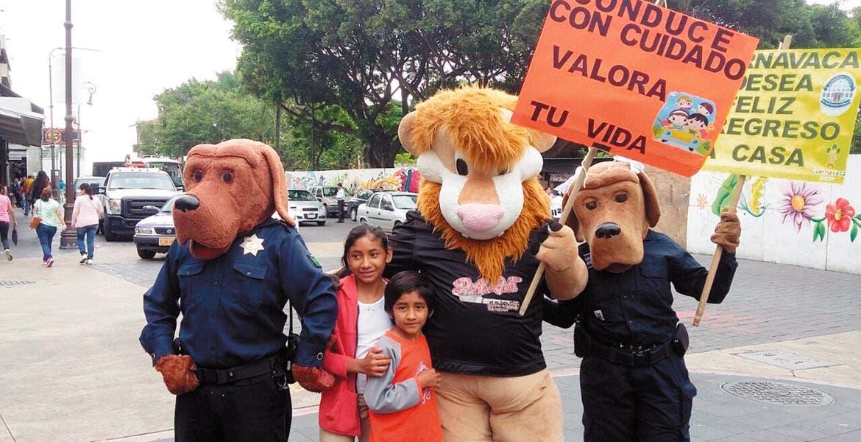 Atención. 'Beto El Perro Guardián' y su prima 'Betty' entregaron trípticos a los conductores y a la gente con las recomendaciones para evitar hechos de tránsito.