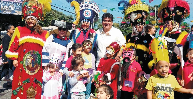 La Comparsa Infantil fue acompañada por padres de familia, músicos y autoridades en una fiesta llena de color y baile