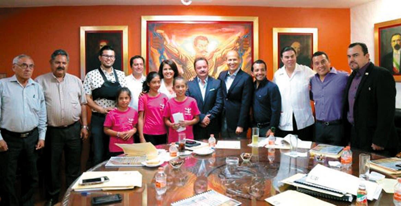 Reunión. Coordinadores parlamentarios recibieron ayer a niñas porristas de l municipio de Amacuzac.