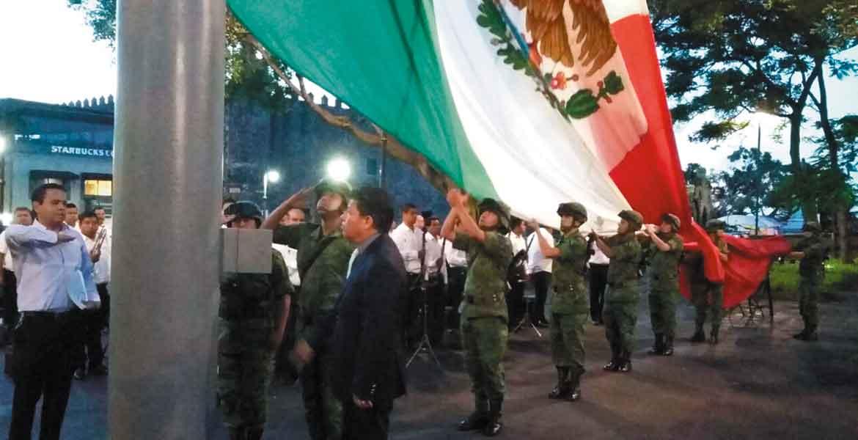 Evento. Matías Quiroz encabezó el izamiento de bandera a media asta en Plaza de Armas para conmemorar el sismo de 1985 que devastó la CDMX.