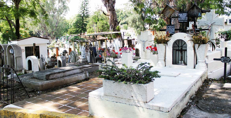 Ya mero llegan. Los cementerios se preparan para las visitas de los seres del más allá y también sus familiares.