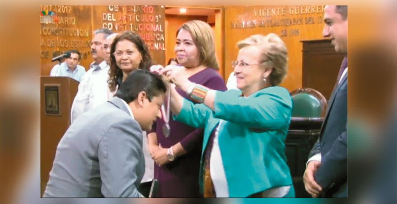 jCeremonia. La medalla la colocó la representante del Poder Ejecutivo, Adriana Flores, y los diputados entregaron el premio económico.