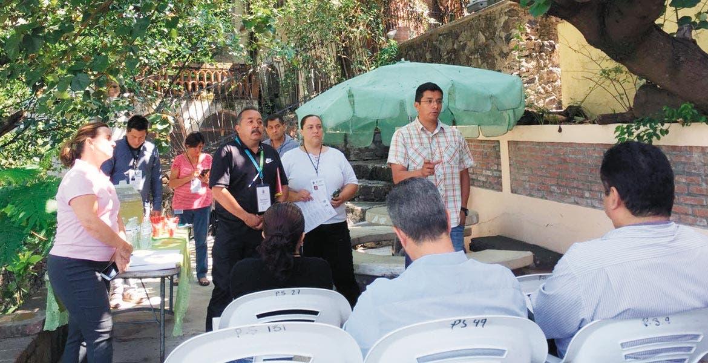 Prevención. Personal de la Dirección de Salud y Verificación Sanitaria de Cuernavaca se presentó ante los asistentes para que los conozcan y no haya actos de corrupción o extorsión.