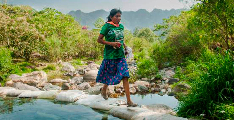 Con huaraches y botella de agua, mujer tarahumara gana ultramaratón