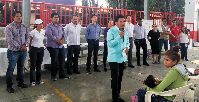 Llamado. Al inaugurar el Centro de Atención Ciudadana Móvil, el secretario de Gobierno llamó a los pobladores de Ahuatepec a denunciar cualquier situación sospechosa en sus calles.