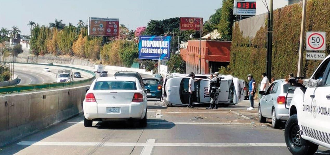 Cuatro autos involucrados en accidente en el Paso Express, Cuernavaca