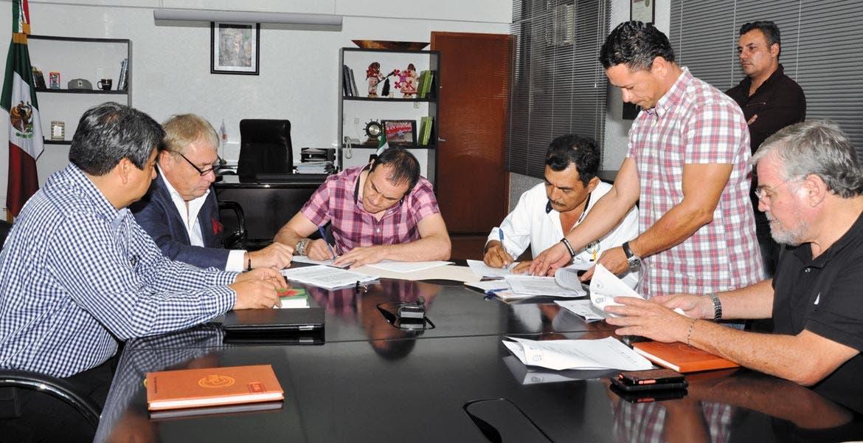 Diagnóstico. El alcalde Cuauhtémoc Blanco firmó colaboración con Profesionales Pecuarios, representado por Ernesto Castrejón.