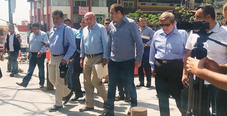 Observa. El alcalde Cuauhtémoc Blanco, su secertario técnico, junto con parte de su gabinete y ayudantes municipales, entre otros, recorrieron obras en desarrollo