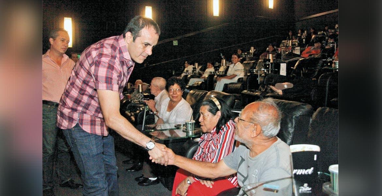 Atento. El alcalde Cuauhtémoc Blanco se reunió con personas de la tercera edad, para ver una película juntos.