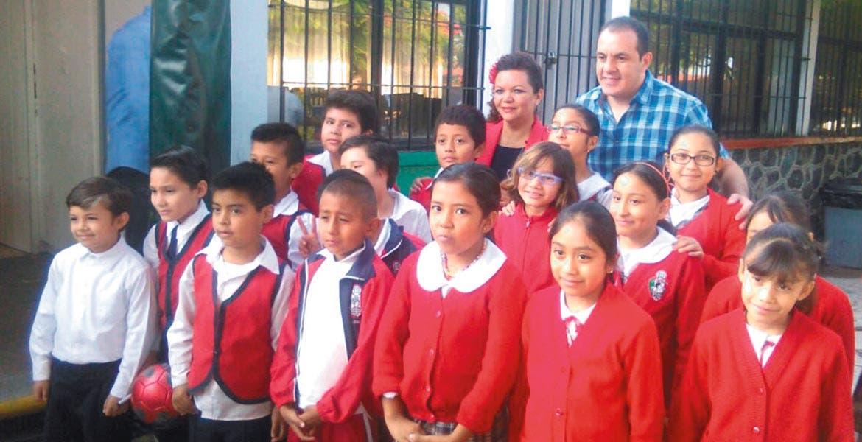 Honores a la bandera. Cuauhtémoc Blanco acudió a la ceremonia cívica en primaria de Jiquilpan.
