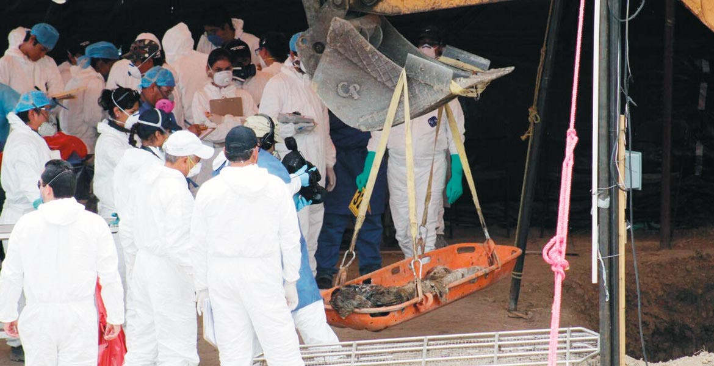 Avanzan. Diez cuerpos fueron exhumados ayer de las fosas de Tetelcingo, en Cuautla, con lo que suman 94 cadáveres, por lo que se prevé que hoy terminen las labores.