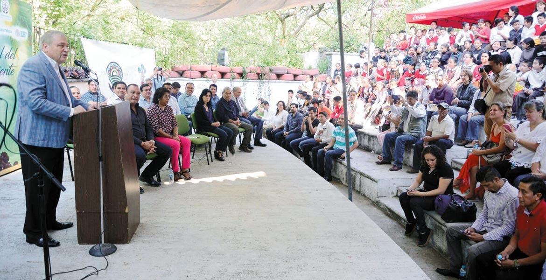 Celebran. El secretario técnico del Ayuntamiento de Cuernavaca conmemoró el Día del Medio Ambiente con niños y niñas de primarias.