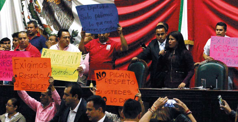Caos. Trabajadores sindicalizados tomaron la tribuna lesgislativa durante la sesión extraordinaria.