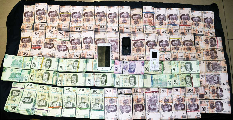 Cifra. En total los policías encontraron 64 fajos de billetes, con denominaciones de 200, 500 y mil pesos; asimismo, se les incautaron 3 teléfonos celulares.