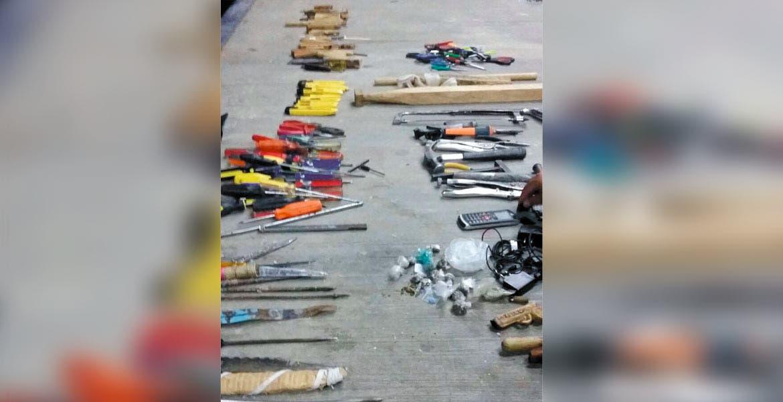 Decomisan. Armas punzocortantes, un celular, cocaína y mariguana, fueron algunos de los artículos asegurados por policías estatales en el penal de Atlacholoaya.