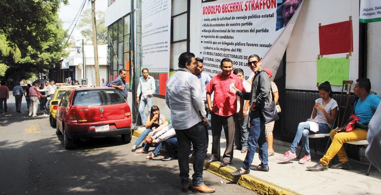 Expectativa. Desde el 25 de mayo grupos tomaron las instalaciones del PRI. Ayer permitieron la entrada del delegado.