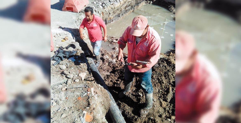 Reparaciones. Trabajadores de SAPAC contuvieron la fuga provocada por la ruptura de la tubería que causó una máquina en las obras del Paso Express.