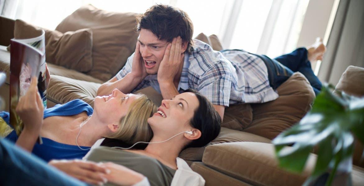 Existen varios factores, pros y contras, que debes tomar en cuenta antes de conseguirte un 'roommie'